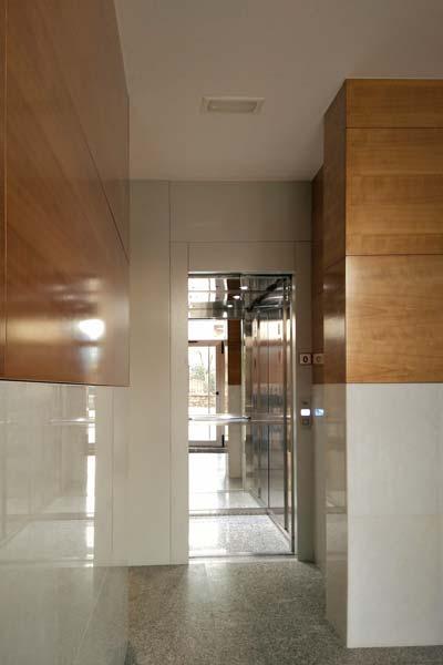 Instalación de ascensor en edificio antiguo de Getxo por hueco de escalera